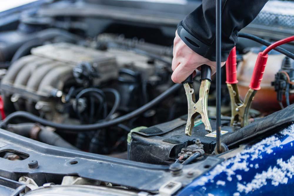 Cómo arrancar la batería de un coche con pinzas
